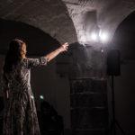 Elisabetta Salvatori a Segrete con  il suo monologo Scalpiccii sotto i platani